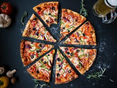Plaatpizza met sjalotjes en geitenkaas